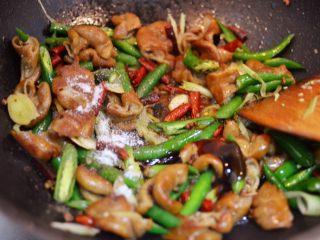爆炒肥肠,放入白糖、蚝油、生抽和盐,翻炒均匀即可。
