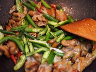 爆炒肥肠,放入尖椒炒软。