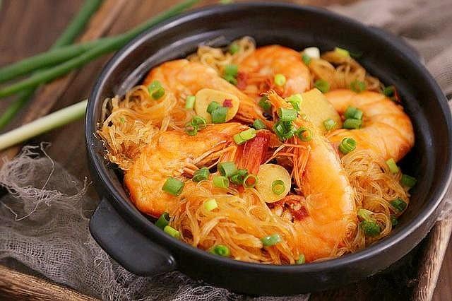 鲜虾粉丝煲,嗯,粉丝里面都是虾的香味,简直是太好吃了。