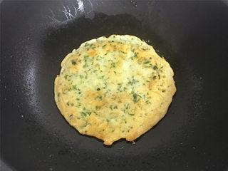 荠菜早餐饼,煎至稍呈金黄色后翻面煎另一面,煎至两面都呈金黄色即可。