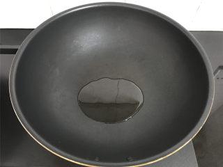 荠菜早餐饼,平底锅倒少许油。