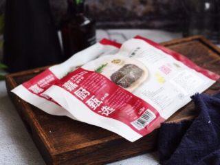 黑胡椒牛肉粒,提前从冰箱的冷冻室里拿出冷冻的太阳谷板腱牛排,板腱是位于牛肩与胸部之间,其均匀分布的大理石油花让它的肉质更细嫩。