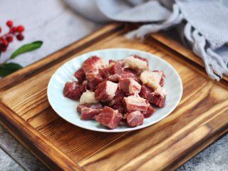 黑胡椒牛肉粒,解冻后,用厨房用纸吸干板腱牛排多余的水分,将牛肉切成适合自己口味大小的粒。