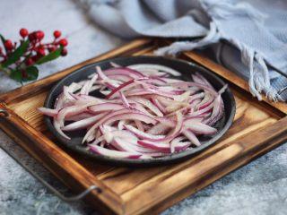 黑胡椒牛肉粒,将洋葱丝盛出备用。