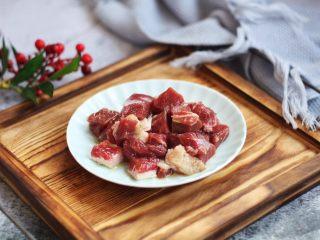 黑胡椒牛肉粒,放入少许的柠檬汁、少许的盐、少许的橄榄油,将其抓匀,抓至牛肉粒有粘性,腌制10分钟备用。