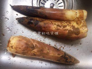 腌笃鲜——属于春的美味,春笋剥去外壳。
