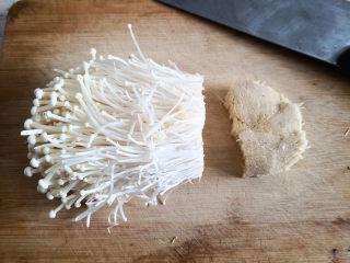 烤金针菇,金针菇用刀切去底部,