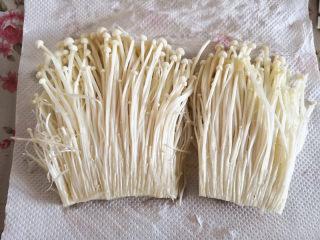 烤金针菇,洗好的金针菇用厨房用纸吸去表面的水分,