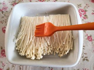 烤金针菇,再放到烤盘里,表面刷一层食用油,