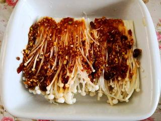 烤金针菇,将拌好的酱汁倒到刷过油的金针菇上,
