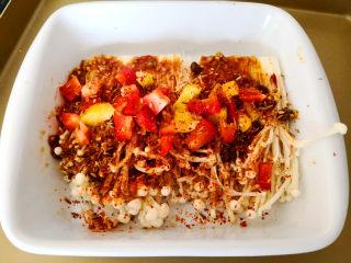 烤金针菇,彩椒适量,切成小碎块,撒到金针菇上,再撒上适量的烧烤料,