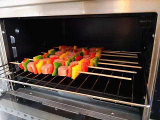 彩椒香肠串,烤箱预热,
