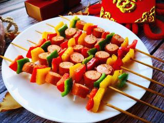 彩椒香肠串,出炉就可以品尝了。