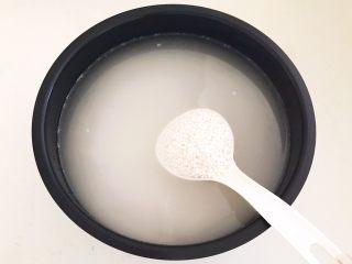 蜜豆糯米粽子,把糯米清洗干净,加入冷水浸泡12小时左右,冷水是糯米的3倍