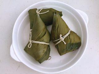 蜜豆糯米粽子,把煮熟的粽子捞出来,晾一下