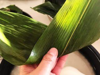 蜜豆糯米粽子,把粽子叶在中间折起来