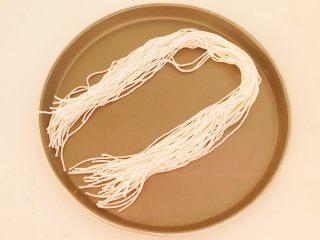 蜜豆糯米粽子,没有买到马莲,只好用线绳了,把线绳剪成40㎝长的小段