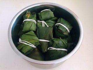 蜜豆糯米粽子,把粽子放入锅中