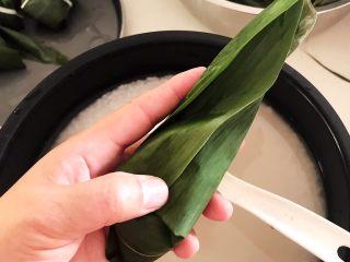 蜜豆糯米粽子,再把粽子叶的右边向中间折
