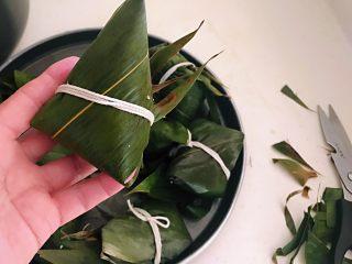 蜜豆糯米粽子,把包好的粽子边缘用剪刀剪断,这样粽子就非常整齐了