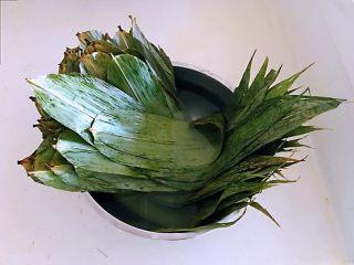 蜜豆糯米粽子,把粽子叶用温水浸泡10分钟,然后把粽子叶清洗干净