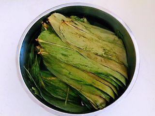 蜜豆糯米粽子,粽叶已泡软,也可包粽子了