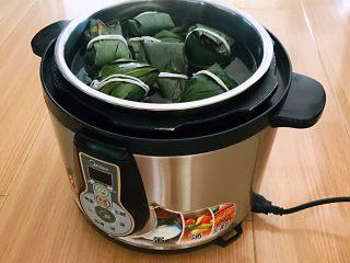 蜜豆糯米粽子,把装满粽子的蒸锅放入压力锅里