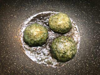 清明粿,也可以放油锅里煎至两面黄黄的,煎一下吃更香哦。