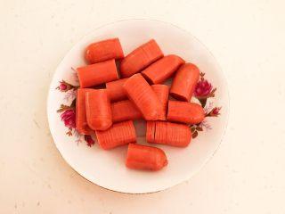 10分钟快手菜  肉粒多风味香肠炒俄式乳瓜,把5根小香肠都切好