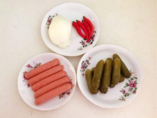 10分钟快手菜  肉粒多风味香肠炒俄式乳瓜,准备食材:自制俄式小乳瓜,风味小香肠,小米辣,圆葱