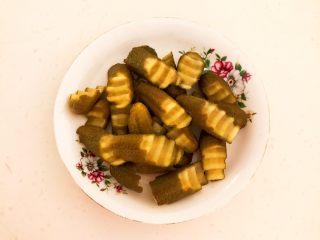 10分钟快手菜  肉粒多风味香肠炒俄式乳瓜,用狼牙刀把小乳瓜切成斜刀块