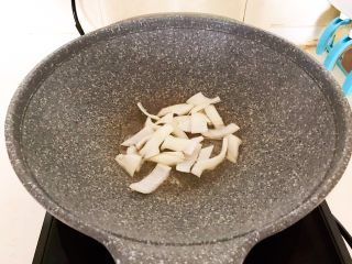 10分钟快手菜  肉粒多风味香肠炒俄式乳瓜,用锅里的底油煸炒圆葱1分钟