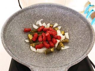 10分钟快手菜  肉粒多风味香肠炒俄式乳瓜,加入炒好的香肠