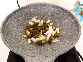 10分钟快手菜  肉粒多风味香肠炒俄式乳瓜,翻炒均匀