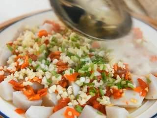 剁椒蒸芋头,可口健康的蒸菜,香辣下饭,铺上蒜末和葱花,淋上热油即可。