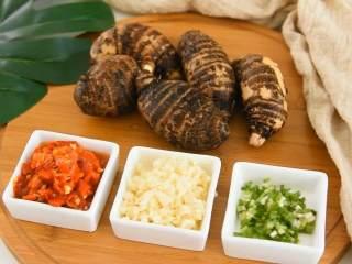 剁椒蒸芋头,可口健康的蒸菜,香辣下饭, ·食材·  【主料】:芋头|剁椒 【辅料】:蒜末|葱花