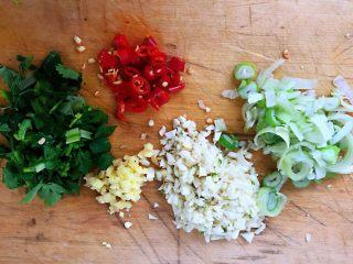 香辣小鱿鱼,准备配料红辣椒、葱、姜、蒜、香菜切好备用