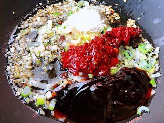 香辣小鱿鱼,锅中倒入底油加热放入葱姜蒜爆香再放入郫县豆瓣酱、蚝油、糖、料酒