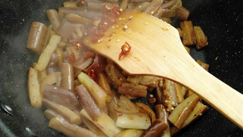 红烧茄子,炒匀后放入干辣椒碎。
