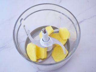 红糖姜撞奶,生姜去皮洗净切成片,再放入料理机中