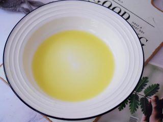 红糖姜撞奶,用纱布包住挤出姜汁备用