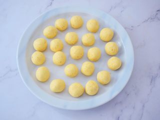 红糖酒酿南瓜小圆丸,再分成8克为一份,搓成小圆子备用