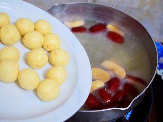 红糖酒酿南瓜小圆丸,水开后加入南瓜小圆子