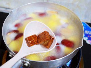 红糖酒酿南瓜小圆丸,煮至圆子浮起。加入古方红糖