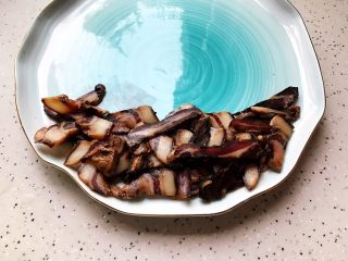 腊味三拼,酱油肉切成薄片,越薄口感越好,然后摆放在盘子一边