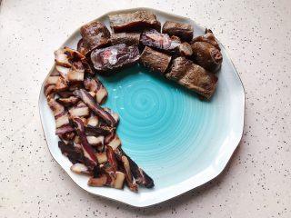 腊味三拼,酱鸭剁成小块,摆放在盘子一边(如图所示)