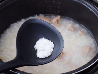 干贝排骨粥,按煮粥键开始煮粥,煮好后再根据个人口味加入适量的盐调味,用饭勺翻匀后,出锅前撒上葱花即可食用