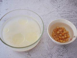 干贝排骨粥,干贝洗净用100克纯净水提前泡发备用,大米淘洗干净后放入容器中,加入适量的水和一汤匙香油,浸泡30分钟