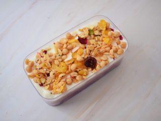 紫薯芋泥酸奶盒子,撒上花式燕麦即可