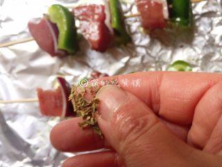 烤牛肉串,还可以撒上丢丢的香料碎(可选),入烤箱,180度,25分钟左右(具体时间、温度,请根据自家烤箱灵活设定。)